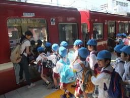 年長遠足:電車に乗って出発